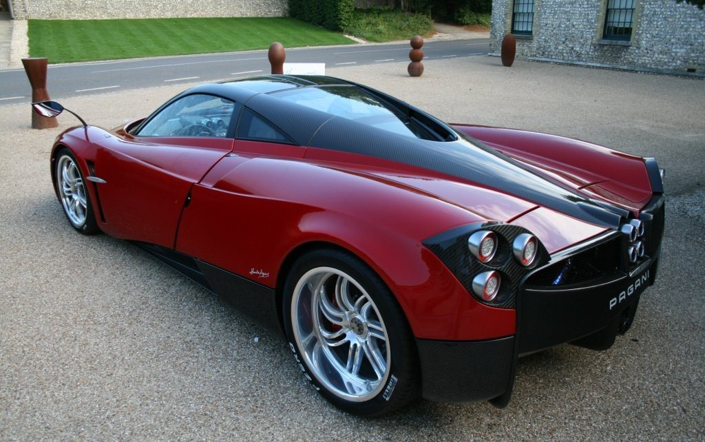 red_pagani_huayra_spotted