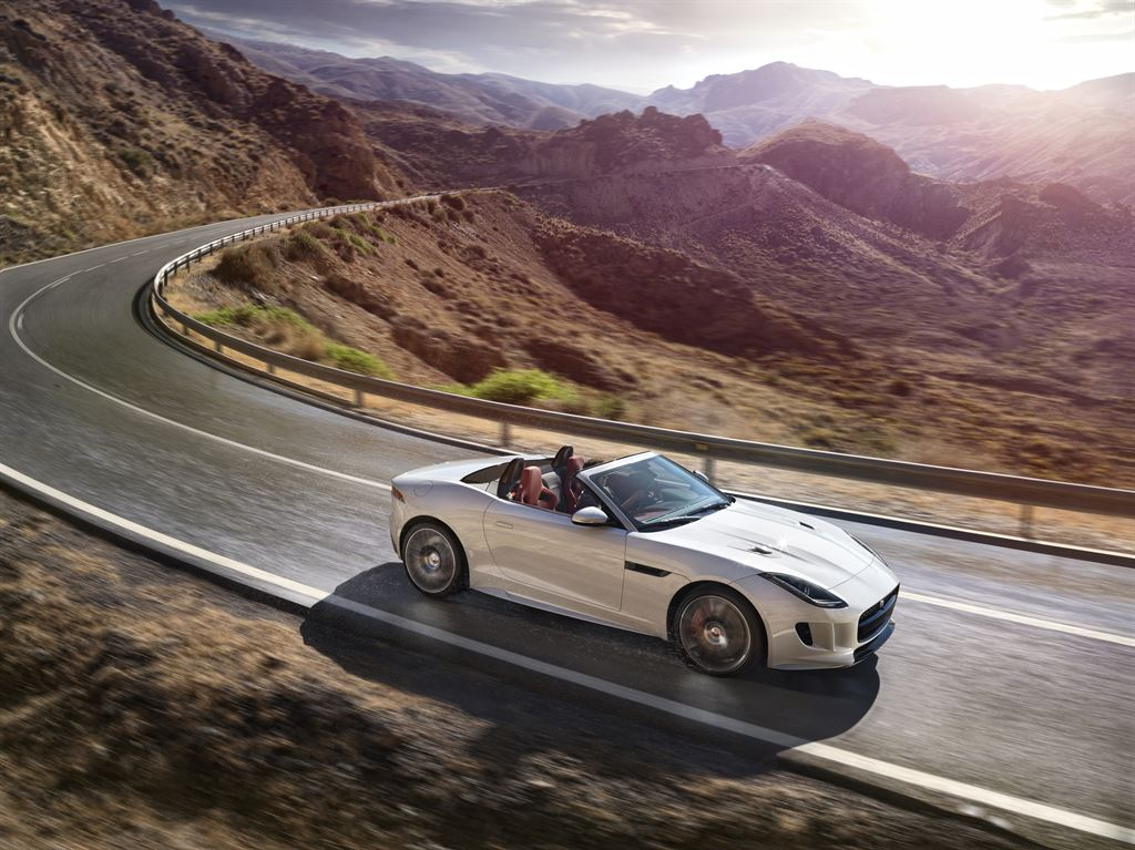 Jag_FTYPE_16MY_AWD_R_Glacier_White_Image_191114_03_LowRes