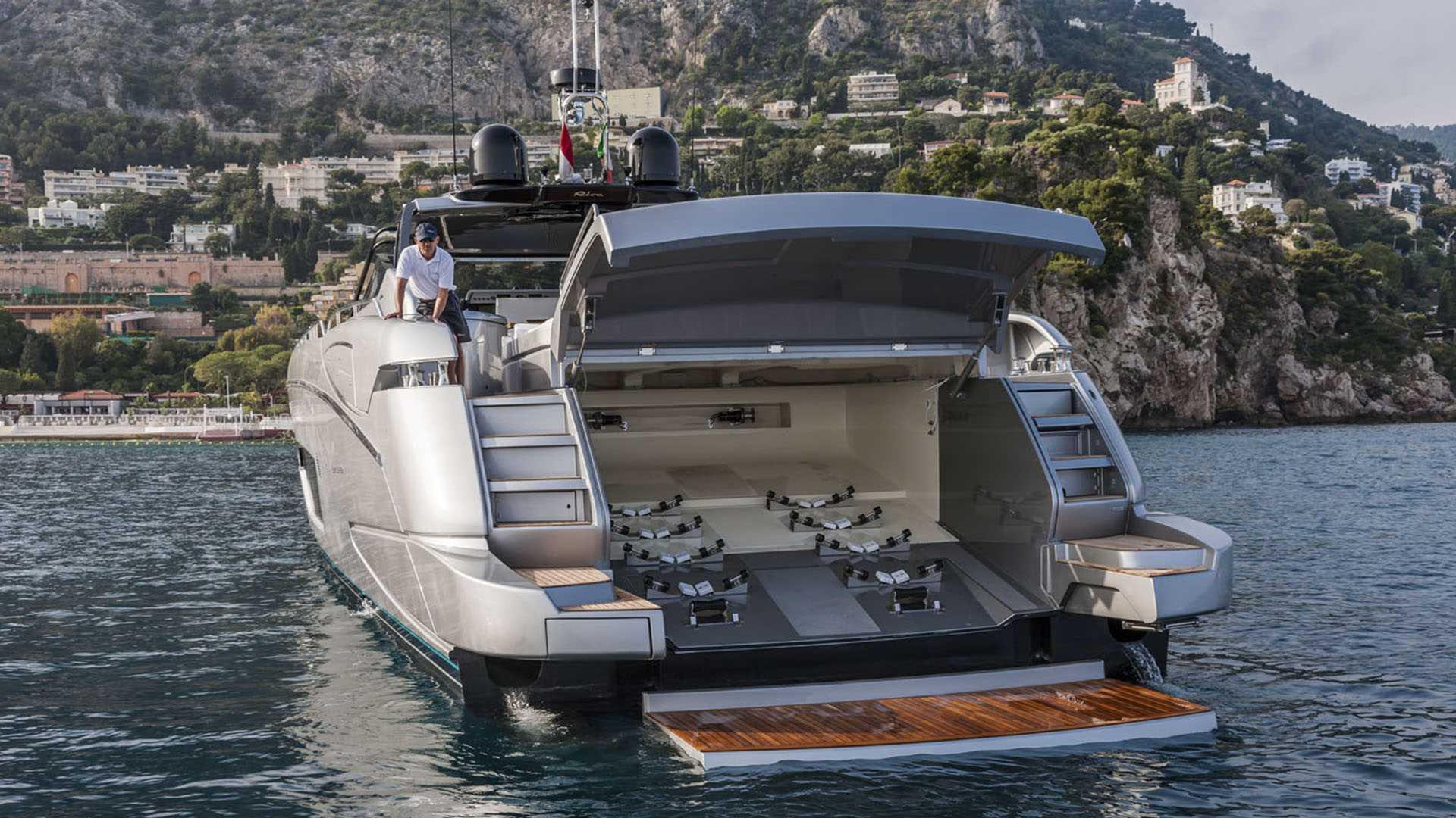 Luxusní jachta Riva 88 Florida