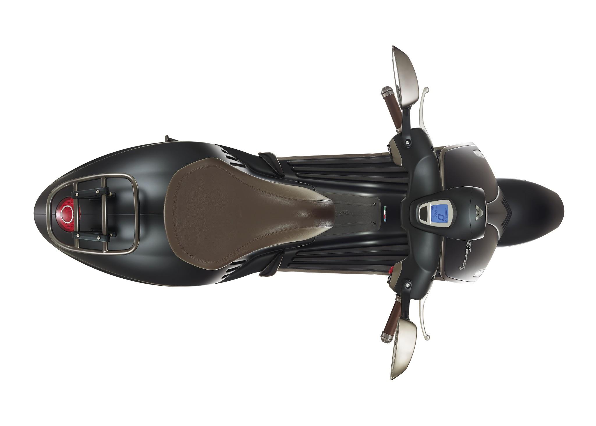 Vespa 946 Emporio Armani luxusni skutr