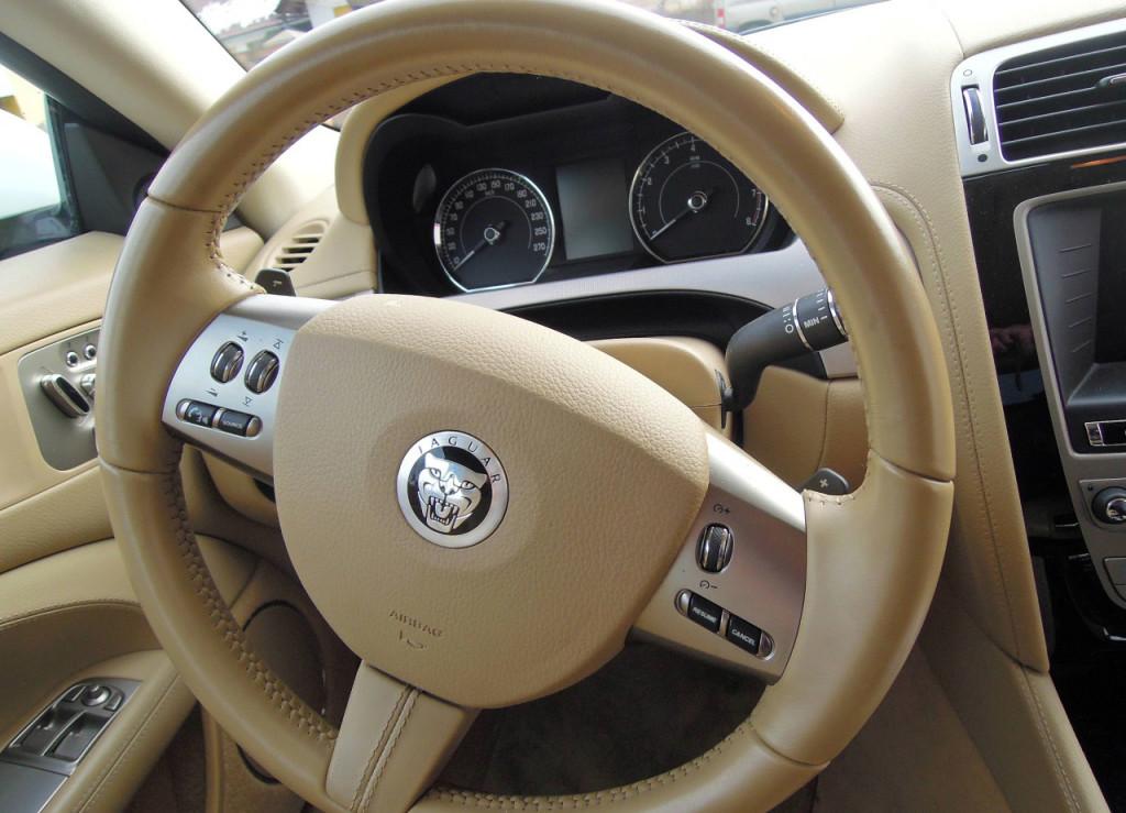 Jaguar XK Coupe 5.0 V8 palubní deska