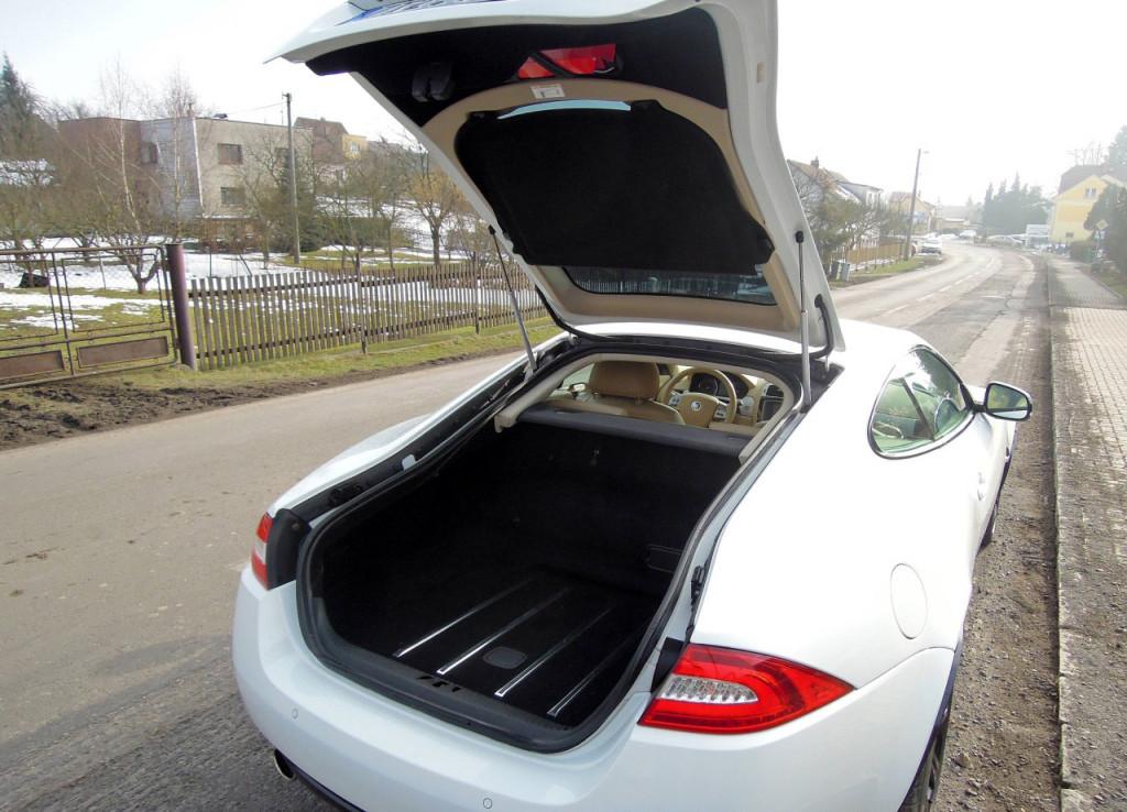 Jaguar XK Coupe 5.0 V8 zavazadlový prostor