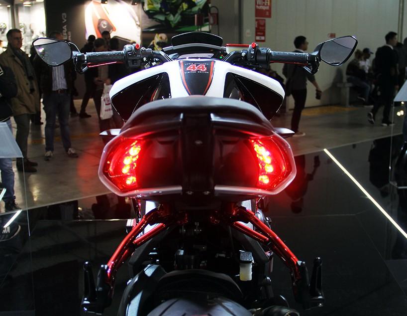 Luxusní motocykl - MV Agusta Dragster RR Lewis Hamilton