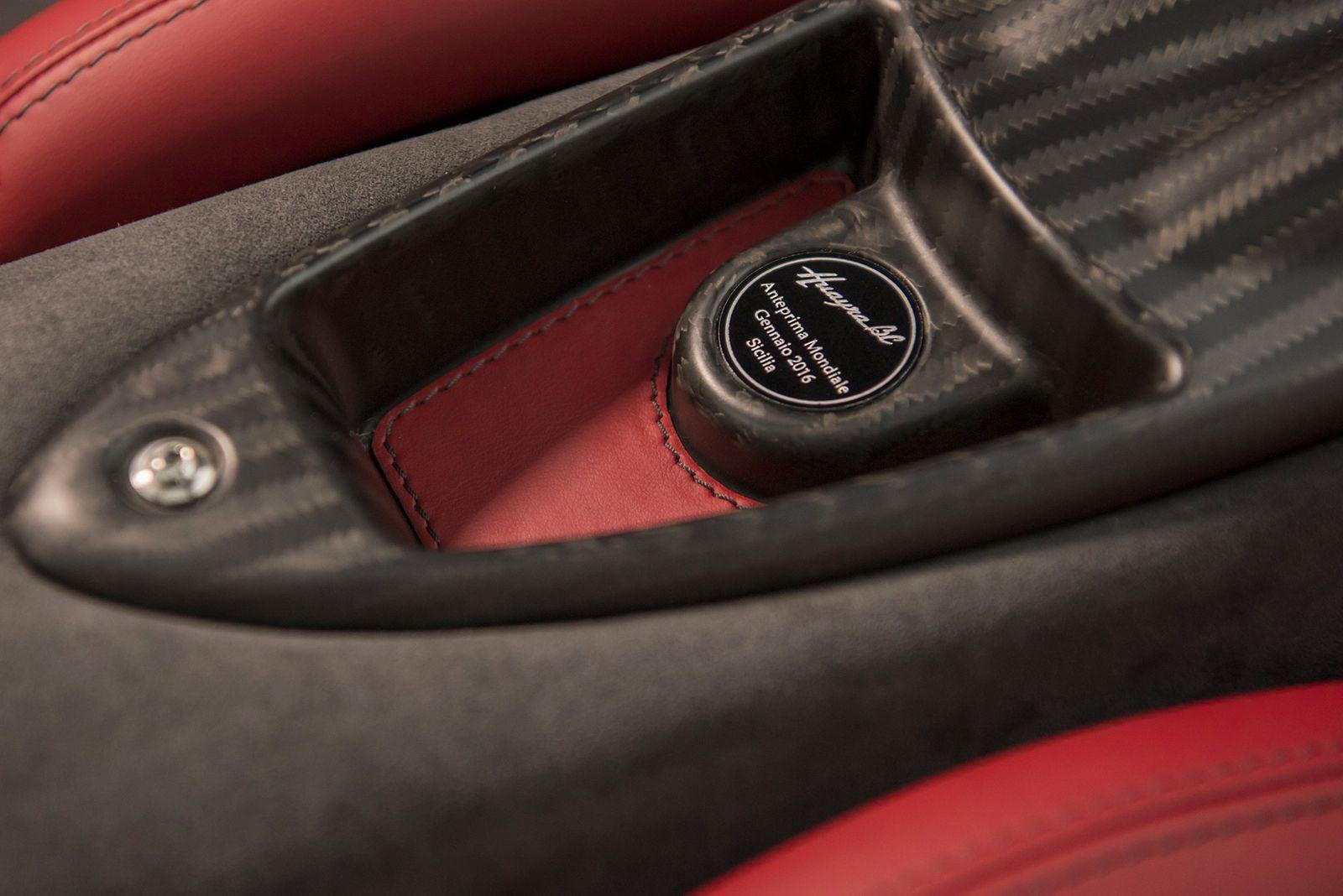 Interier luxusniho vozu Pagani Huayra BC