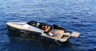 """Luxusní sportovní člun Evo 43 """"Darth Vader"""""""