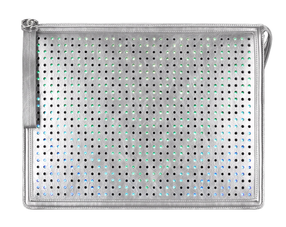 luxusni-kabelky-chanel-boy-led-clutch-stribrna